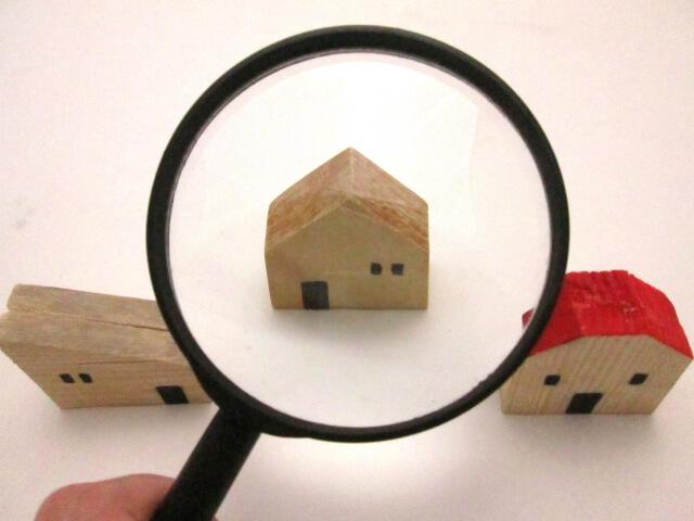 模型の家を眺める拡大鏡