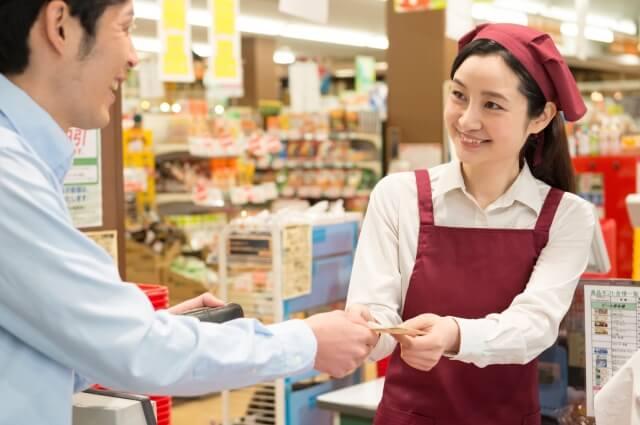 スーパーの店員さんとお客さん